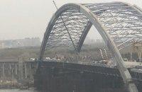 У Києві через сильний вітер впала частина тимчасової конструкції риштування Подільського моста
