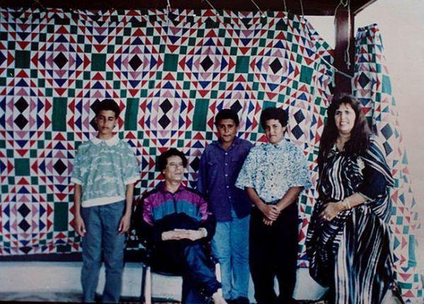 Полковник Муаммар Каддафи, сын Сейф Аль-Ислам (слева), жена Сафия Фаркаш и двое членов семьи