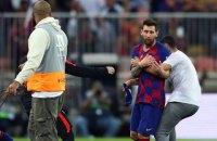 В Саудовской Аравии после полуфинала за Суперкубок Испании фанат прорвался на поле, чтобы обнять Месси