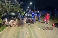 На Дніпропетровщині водій легковика влетів у стовп, є загиблий та постраждалі