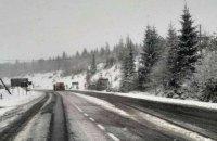 Дороги на перевалах Закарпаття засипало снігом
