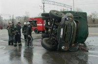 """ДТП у Києві: на Дарницькому шосе вантажівка зіткнулася з """"Маздою"""" і перекинулась"""
