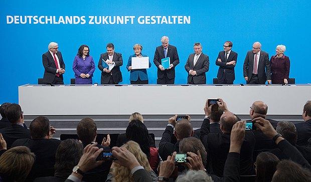 Канцлер Германии и лидер ХДС Ангела Меркель, председатель ХСС Хорст Зеехофер , Зигмар Габриэль (СДПГ) -лидеры немецких политических партий, договорившиеся о заключении коалиционного соглашения, подписали его 16 декабря 2013.