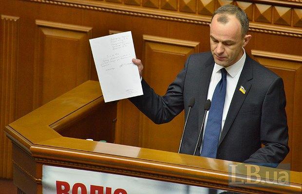 Кожемякин демонстрирует заявление Шокина об отставке