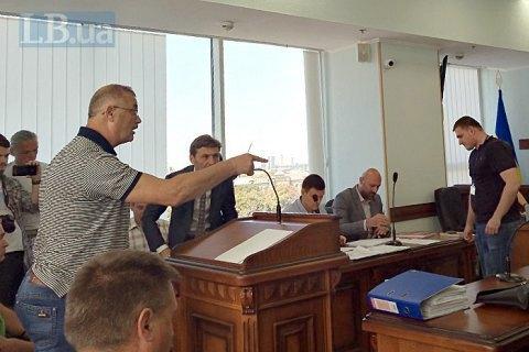 """""""Ми звідси нікуди не підемо"""": родичі Героїв Небесної Сотні вимагали доставити в суд обвинувачених ексберкутівців"""
