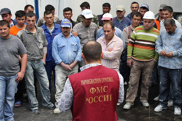 Сотрудник ФМС РФ общается с гражданами ближнего зарубежья, которые работают в Москве