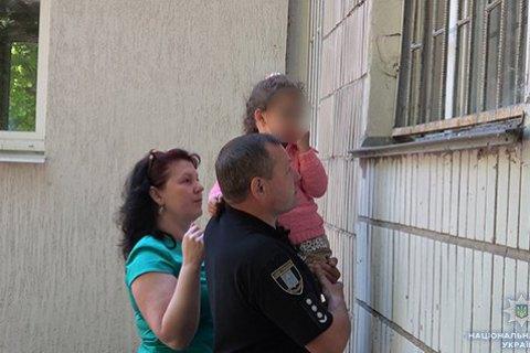 В Сумах женщина угрожала отрезать голову 4-летнему ребенку, требуя вернуть дочь из детдома