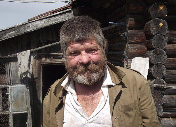 Этот колоритный мужчина мог бы запросто сыграть романтика с большой дороги, но, прибившись к деревне, помогает местным старушкам
