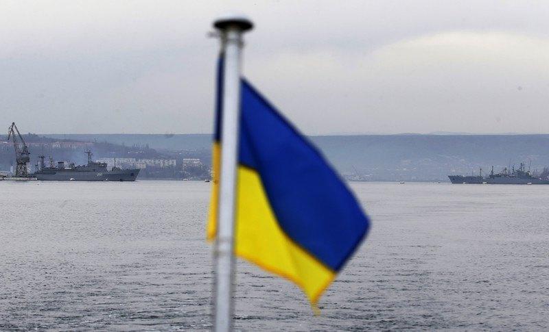 Українські та російські (справа) військові кораблі в порту Севастополя, Крим, 02 березня 2014 р.