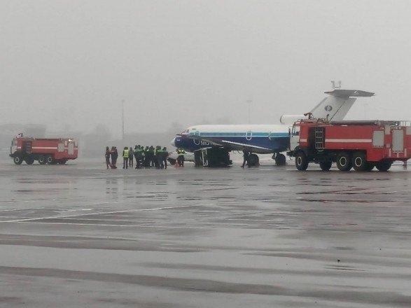 """Як-40 в аэропорту """"Киев"""" столкнулся с генератором"""
