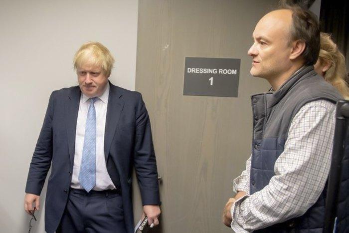 Прем'єр-міністр Борис Джонсон зліва та його головний радник Домінік Каммінгз