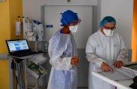 За добу в Україні зафіксували 2 205 нових випадків ковіду, щеплення отримали 18 884 людини