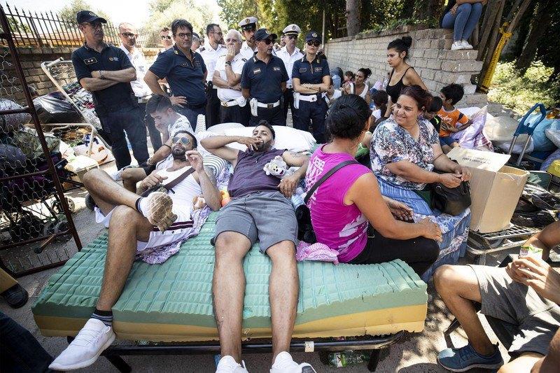 """Полиция Рима разгоняет лагерь ромов """"River Village»"""