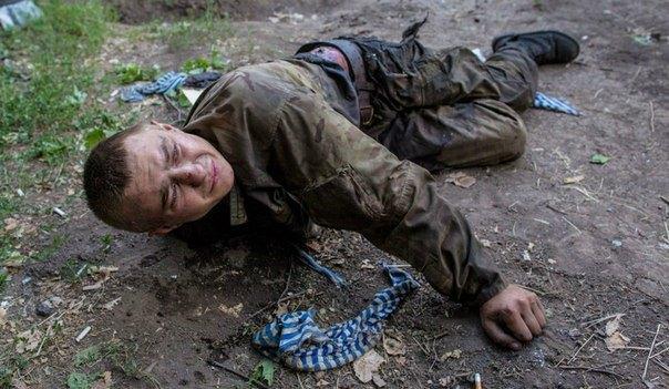 Стенин снимал пытки и убийства украинских военных. На следующей фотографии Стенина этот мужчина уже мертв