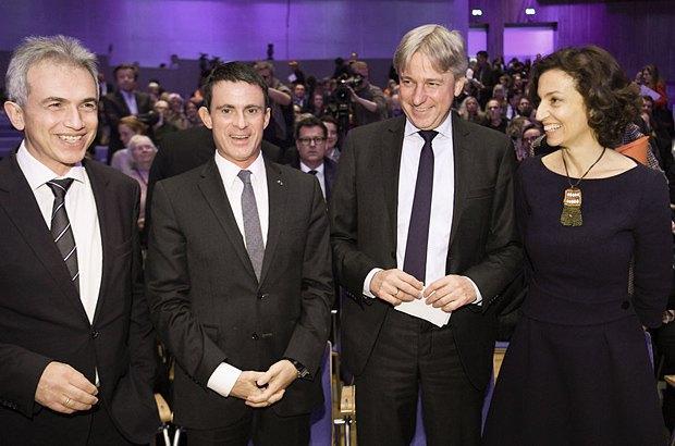 Зліва-направо: Перший мер Франкфурта Пітер Фельдман, прем'єр-міністр Франції Мануель Вальс, президент ярмарку Юрген Боос під час прес-конференції на Франкфуртському книжковому ярмарку у Франкфурті-на-Майні, 20 жовтня 2016.