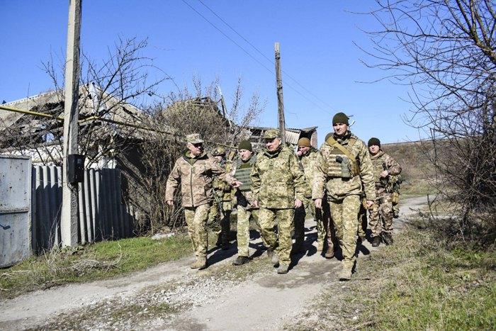 Министр обороны Украины Андрей Таран и главнокомандующий ВСУ генерал-полковник Руслан Хомчак в районе проведения ООС, 19 марта 2020