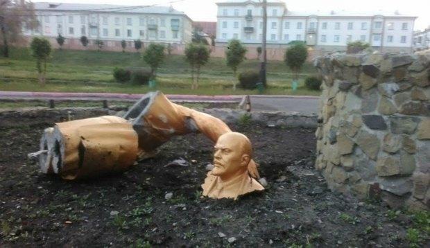 Сломанный памятник Ленину в Прокорьевске, Кемеровская область России