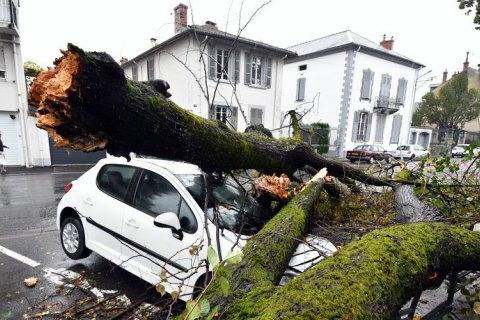 """Францію охопив шторм """"Амелі"""": 140 тис. будинків залишилися без електрики"""