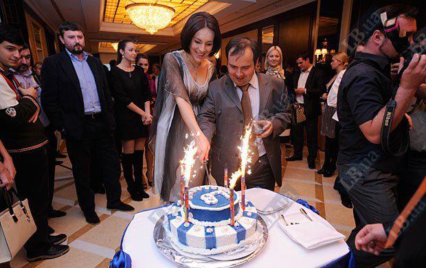 Соня Кошкина и Олег Базар разрезают праздничный торт