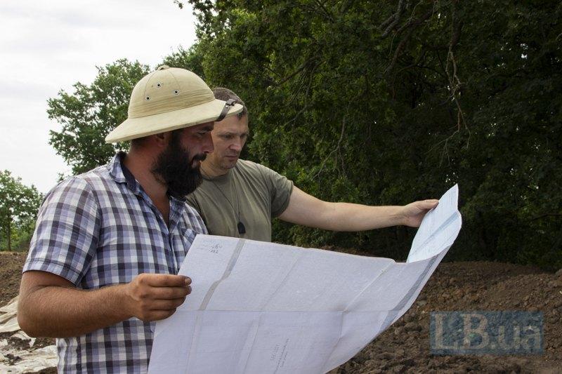Oлексій розповідає про план розкопок.