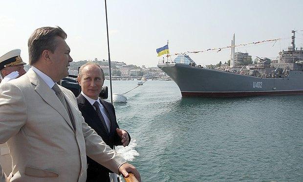 Владимир Путин и Виктор Янукович на церемонии празднования Дня Военно-морского флота в Севастополе, Украина, 28 июля 2013 года.