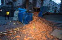 У центрі Києва навпроти мерії перекинулася вантажівка з цеглою