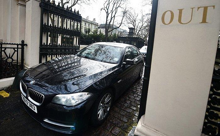Российский дипломатический автомобиль покидает посольство России в центре Лондона, 20 марта 2018.