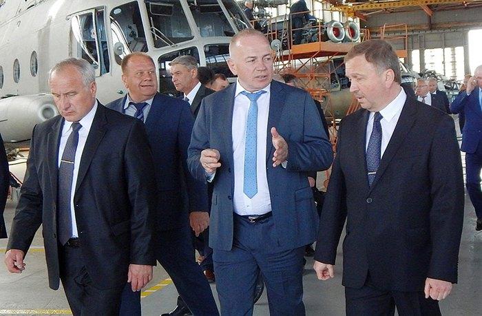 Александр Садовой (в центре) на предприятиии