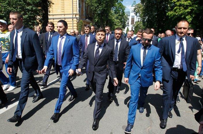 Справа-наліво: Іван Баканов, Володимир Зеленський та Сергій Шефір в супроводі охорони в день інаугурації
