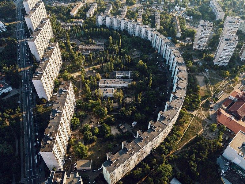 Напівкруглий будинок біля метро Дарниця