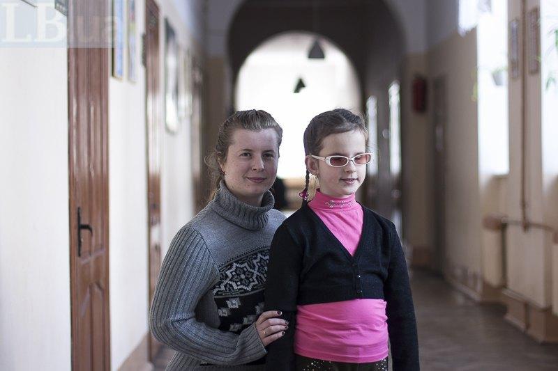 Першокласниця Віра, дівчинка з особливими освітніми потребами, з асистенткою Марією в коридорі загальноосвітньої школи м.Львова
