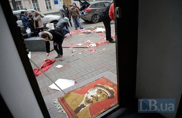 После победы Майдана офисы КПУ по всей Украине массово захватывали ультраправые