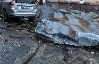 Через потужний вітер у центрі Львова зірвало дах з житлового будинку