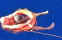 У Тихому океані моряк після падіння за борт провів 14 годин у воді, тримаючись за сміття