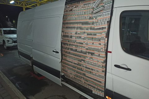 На кордоні з Угорщиною спіймали контрабандиста, який хотів вивезти сигарети за підробленими дипломатичними документами