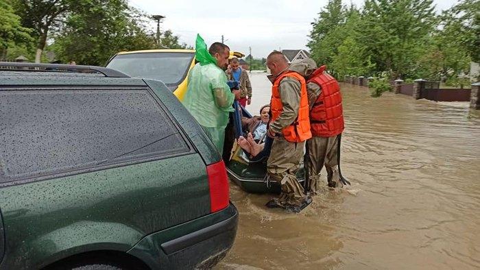 Рятувальники допомагають мешканцям села Завадка на Калущині