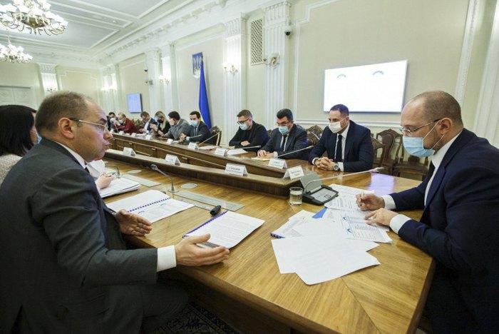 Міністр Максим Степанов і прем'єр Денис Шмигаль під час зустрічі щодо процедури пришвидшення закупівель засобів індивідуального захисту для запобігання поширенню COVID-19.