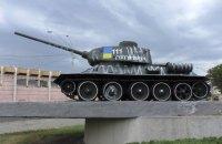 В Киеве задержали супругов, разрисовавших памятник танкистам времен Второй мировой войны