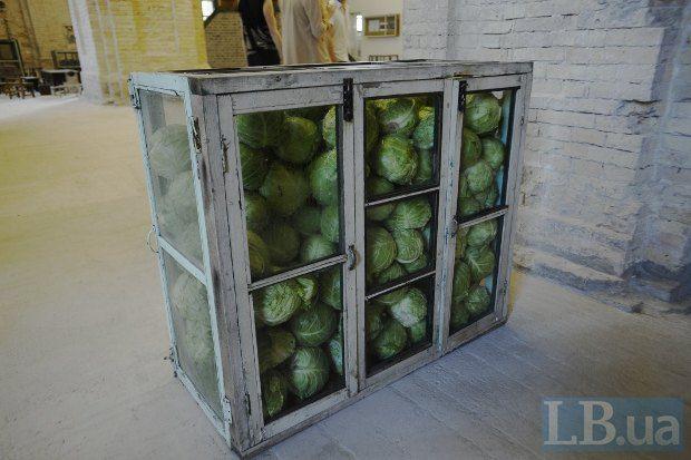 Один из иностранных художников изводит капусту на потеху любителей искусства