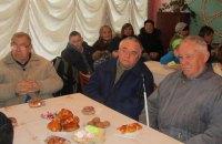 """На """"святковому обіді"""" в Коростенському УТОСі владу пригощали м'ясом і виноградом, а людей з інвалідністю - булочками та печивом"""