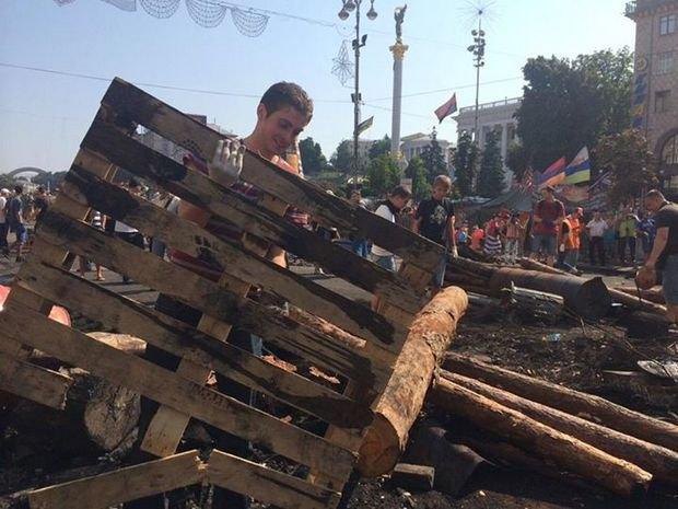 В социальных сетях шутят, что для уборки Майдана пришлось выписать крымчанина. Фото со страницы Белоцерковца в Facebook