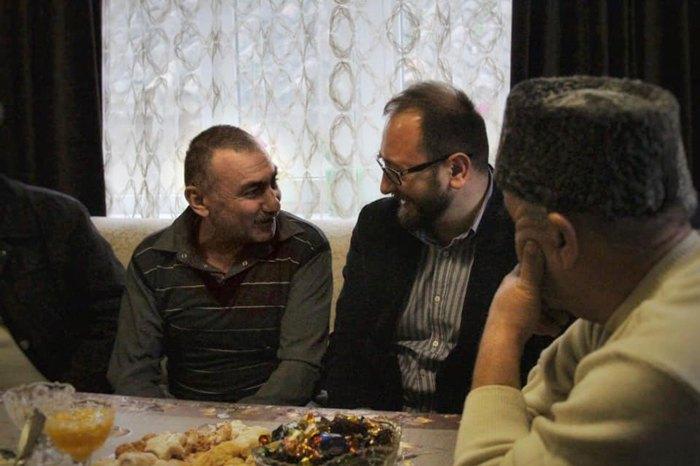 Николай Полозов во время визита к освобождённым из СИЗО украинским политзаключенным Руслану Трубачу, Бекиру Дегерменджи и Казиму Аметову, которых перевели под домашний арест.
