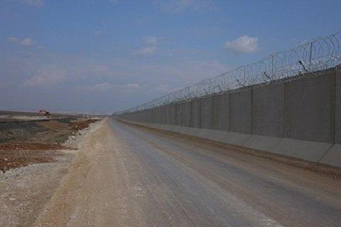 Турция наполовину завершила строительство бетонной стены на границе с Сирией