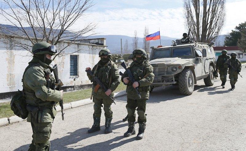 «Зелені чоловічки» біля української військової частини у селі Перевальне, поблизу Сімферополя, Україна, 14 березня 2014 р.