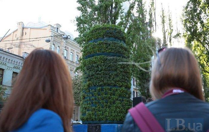 На месте памятника Ленину открыли временную инсталляцию 'Ритуал природы', 3 мая 2017.