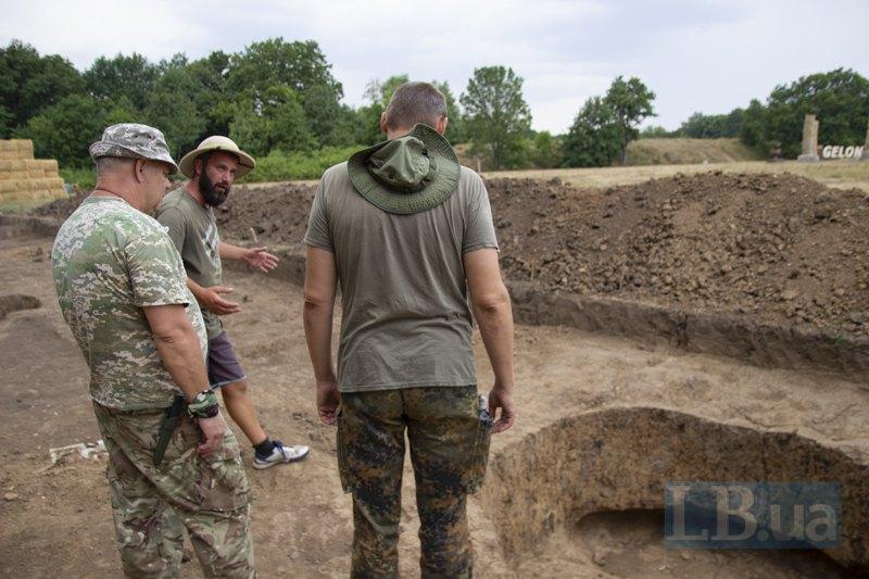 Олексій з новоприбулими біля вже дослідженого поховання.