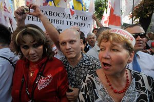 Депутаты БЮТ помешали протестовать Калашникову