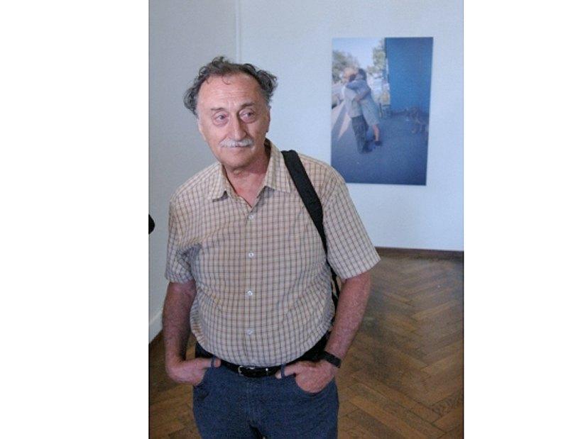 Борис Михайлов на фоне своих работ