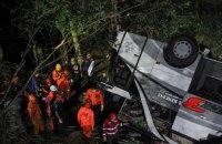 В Индонезии автобус со школьниками упал в ущелье, 27 погибших