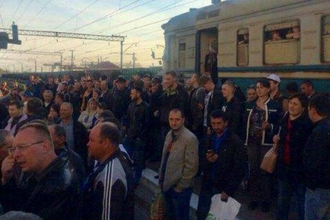 Пасажири, які не вмістилися в електричку, заблокували рух поїздів під Львовом